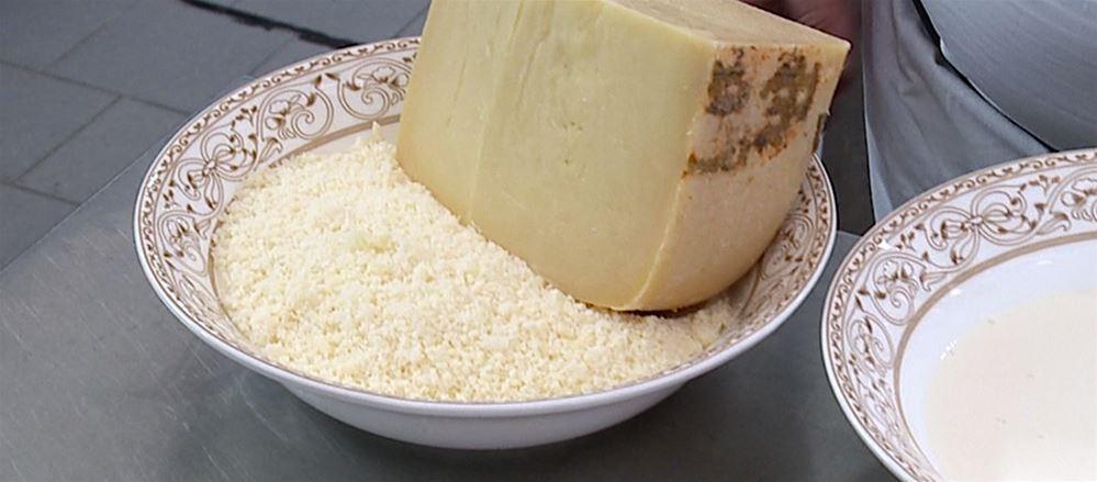 La colazione del contadino nei campi: pane, formaggio e pomodoro