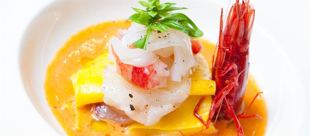 Lasagnetta di pasta fresca con acqua di pomodoro e crudo di pesce